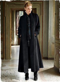 Unser aufsehenerregender, knöchellanger Mantel hat eine Gehfalte hinten und einen tiefen, knopflosen Schalkragen. Aus luxuriös weichem, gewebtem Babyalpaka (72%) und Wolle (28%).