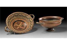 Zwei italische Vasen. a) ø 16,7cm. Zweihenkeliger konischer Teller mit rotem u. dunkelbraunem geo
