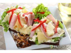 Pumpernikiel posmaruj majonezem o smaku prażonej cebulki i połóż sałatę oraz ser.  Na wierzchu ...