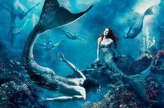 """A atriz Julianne Moore é Ariel e o nadador Michael Phelps é um """"sereio"""" pelas lentes da fotógrafa Annie Leibovitz. #fairytales"""