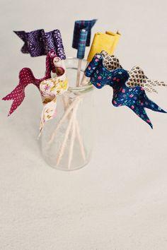 Poppytalk: DIY: Bendable Fabric Cake Flags http://poppytalk.blogspot.fr/2012/05/diy-bendable-fabric-cake-flags.html?spref=tw=1