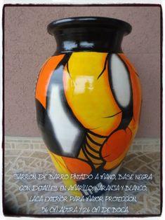 Resultado de imagen para jarrones pintados a mano Bottle Art, Bottle Crafts, Hand Painted Gourds, Pottery Painting, Clay Pots, Handmade Design, Ceramic Vase, Perfume Bottles, Sculpture