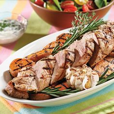 Un beau filet de porc qui ne demande pas de temps de marinage, car tous les arômes sont emprisonnés dans la viande!  En accompagnement, servez la salade du jardin et les patates douces sur le grill.