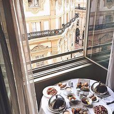 Italian mornings @townhousegalleria 🥞🥞 #mornings #breakfast #milano #travel #waffle #italy #theTHlife #townhousegalleria #mowoblogtravel