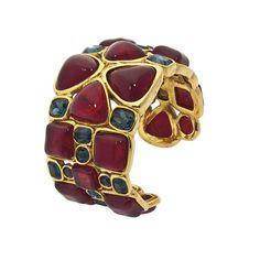 Manchette Chanel en vente en ligne chez Christie's http://www.vogue.fr/joaillerie/news-joaillerie/diaporama/christie-s-vintage-couture-bijoux-chanel-yves-saint-laurent-kenneth-jay-lane-online/12848/image/747034