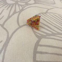Bague sous forme de diamant multicolore