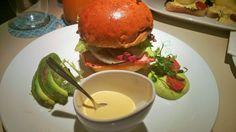 Breakfast Brioche Burger: Schinken, Ei, Avocado, Käse