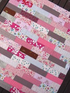 35 Easy Quilts To Make This Weekend Best Quilts to Make This Weekend - Pretty In Pink Quilt - Free Quilt Patterns and Quilting Tutorials - Quilting for Beginners and Sewing Ideas - DIY B. Patchwork Quilting, Jellyroll Quilts, Rag Quilt, Quilt Baby, Scrappy Quilts, Diy Quilting, Quilting For Beginners, Quilting Tutorials, Quilting Designs