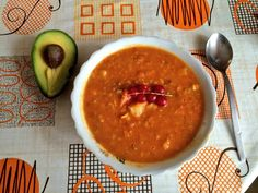 Red lentil dahl with leek and red currant served with avocado - mighty lunch Lentil Dahl, Superfoods, Lentils, Pear, Avocado, Lunch, Ethnic Recipes, Happy, Recipe