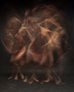 Bill Wadman - 2012 - Project: Motion - De beweging vind ik heel sterk in dit beeld. Het wordt sterker gemaakt door de kleurkeuze (enkel huidskleur tegen zwart, erg contrasterend).