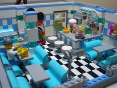 Retro diner made from Lego. Lego Duplo, Lego Modular, Lego Design, Lego Friends, Casa Lego, Modele Lego, Construction Lego, Lego Furniture, Shop Lego
