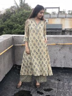 Simple Kurta Designs, Kurta Designs Women, Salwar Designs, Pakistani Fashion Casual, Pakistani Dresses Casual, Indian Fashion, Dress Indian Style, Indian Dresses, Kurti Embroidery Design