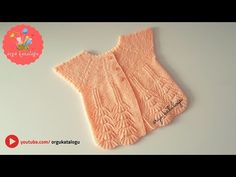 Let's learn together your own fashion accessories, basic and other creative points, techniques and tips to learn or develop the art of crochet and kni. Baby Boy Vest, Baby Cardigan, Knitted Gloves, Knitted Blankets, Knitting Videos, Free Knitting, Knit Baby Sweaters, Vest Pattern, Baby Kind