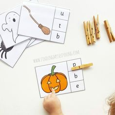 Printable halloween activities for toddlers and preschoolers including phonics matching cards. Halloween Activities For Toddlers, Toddler Activities, Easy Halloween, Halloween Themes, Learning Resources, Fun Learning, Matching Cards, Toddler Preschool, Phonics