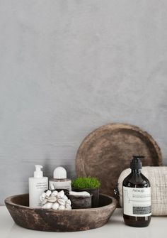 Wooden bowls | concrete look walls