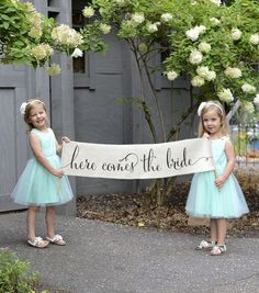 Here Comes The Bride Sign Banner Burlap Wedding Bunting Flag – Ring Bearer Sign, Flower Girl Sign, Wedding Sign / Rustic Decor / Outdoor - Hochzeit Rustic Wedding Signs, Wedding Pics, Dream Wedding, Wedding Day, Wedding Bells, Trendy Wedding, Wedding Venues, Fall Flower Girl, Flower Girl Signs