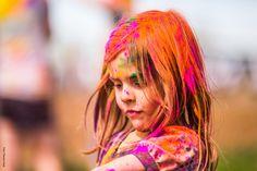 Barn med orange maling og farver i frisuren