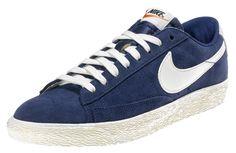 Sneakers uomo di ispirazione basket, le Nike Blazer Suede Vintage sono un classico Nike totalmente rinnovato in stile vintage! Tomaia in suede con logo in pelle su entrambi i lati. Lettering sul retro. Suola in gomma vulcanizzata.    Prezzo: 91.00€    SHOP ONLINE: http://www.athletesworld.it/nike-blazer-suede-vintage-nike-8039215