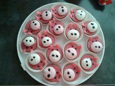kleine roze koek in een cupcake vormpje. een ronde spek vastmaken met choco glazuur, met de chocoglazuur ogen en neusgaten maken. oren van candy melts. #traktatie