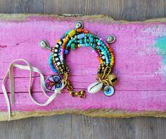 Jai fait ce bracelet rustique sept brins avec entretoises en laiton, os perles, perles de rocaille, perles de commerce, une sonnette dInde,