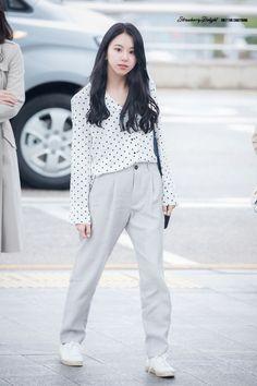 Korean Fashion – How to Dress up Korean Style – Designer Fashion Tips Fashion Idol, Kpop Fashion Outfits, Daily Fashion, Girl Fashion, Fashion Men, Korean Airport Fashion, Korean Fashion Winter, Asian Fashion, Korean Fashion Casual
