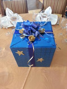 Centro de masa para hombre! Fathers Day, Gift Wrapping, Gifts, Parents, Centerpieces, Party, Manualidades, Gift Wrapping Paper, Presents