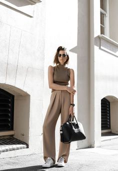 What to wear with beige trousers – the fashion trends of autumn-winter 2017 not to be missed - Mode et Beaute Look Office, Office Looks, Sneakers Street Style, Sneakers Fashion, New Outfits, Summer Outfits, Office Outfits, Neutral Outfit, Womens Fashion For Work