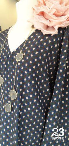 Blusa de seda, flor y collar de #23CB