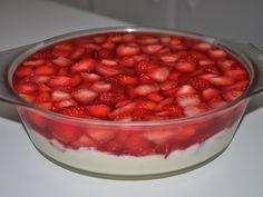 O Creme com Morangos e Gelatina é prático, delicioso e perfeito para a sobremesa da sua família. Faça e comprove! Veja Também:Torta Mousse de Morango Veja
