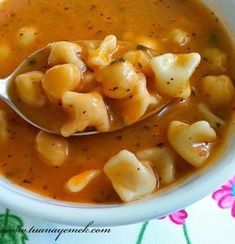 Malzemeler: - Bir çorba kasesi mantı - Bir çorba kasesi haşlanmış nohut - 1 yemek kaşığı domates salçası - 2 yemek kaş...