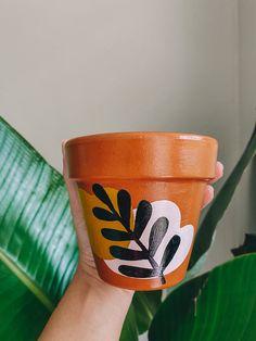 Flower Pot Art, Small Flower Pots, Flower Pot Design, Flower Pot Crafts, Painted Plant Pots, Painted Flower Pots, Painting Terracotta Pots, Decorated Flower Pots, Pottery Painting Designs