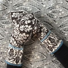 Fair Isle knitted mittens in av warm and soft yarn. You'll need one skein of each yarn