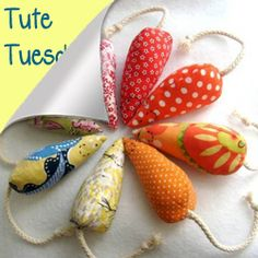 Cats Toys Ideas - Catnip mouse—A cat-toy classic, all you need is old fabric scraps and some cotton cord to make these cute, catnip-filled mouse toys for your cat. - Ideal toys for small cats Cat Crafts, Animal Crafts, Sewing Crafts, Sewing Toys, Sewing Tutorials, Homemade Cat Toys, Diy Cat Toys, Softies, Chat Crochet