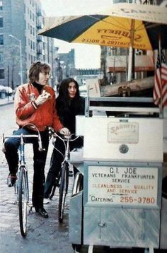John & Yoko de bicicleta.