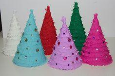 Kerstboom knutselen van papier, crêpepapier en glitters.