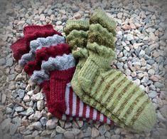 Helemenkerrääjä puikkoviidakossa: Haitarivartta palkintosukkiin + ohje Knitting Socks, Knit Socks, Fingerless Gloves, Arm Warmers, Knitting Patterns, Helmet, Crochet, Marimekko, Decor