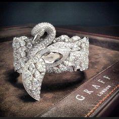 Graff Diamonds' - exquisite Diamond Swan Watch - lift the wing to reveal the time. Bird Jewelry, Animal Jewelry, Jewelry Box, Vintage Jewelry, Jewelry Accessories, Jewelry Design, Unique Jewelry, Swan Jewelry, Designer Jewellery