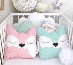 Tour de lit bébé en 60cm de large, 5 coussins nuages et renards, vert d'eau, rose et blanc par LittleFoxForBaby sur Etsy https://www.etsy.com/fr/listing/582724579/tour-de-lit-bebe-en-60cm-de-large-5