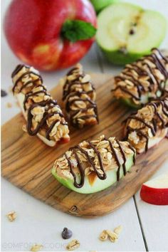 21 Power Snacks to Fuel Your Study Sessions Chocolate-Peanut Butter Granola Apple Bites. Great healthy snack/party food and it looks pretty too! Yummy Snacks, Snack Recipes, Dessert Recipes, Yummy Food, Snacks With Protein, Heatly Snacks, Lean Snacks, Snacks Homemade, Peanut Recipes
