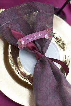 winietka z ozdobną serwetką na stole weselnym