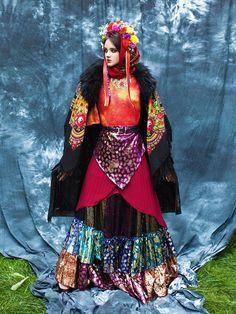 a-la-russe-misenko-russian-style-russischer-stil-new-look-pavlovsky-posad-shawls-la-russe-2 Russian Folk Art, Russian Style, Russian Fashion, Folk Fashion, Ethnic Fashion, Folklore, Typical Russian, Russian Tea Cake, Historical Costume