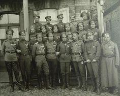 Козьма Крючков среди Георгиевских кавалеров (в центре в первом ряду)