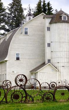 INCREDIBLE barn and amazing metal wheel fence/work of art! Farm Barn, Old Farm, Barn Pictures, Country Barns, Country Life, Country Living, Country Fences, Country Charm, White Barn