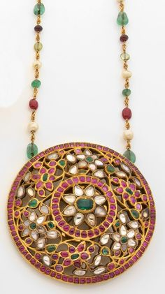 Large antique round Rakodi Padakkam set with pushparagam flower motifs, kemp & emerald stones. Strung on single pearl, cabochon bead ruby, emerald chain. Ruby Jewelry, India Jewelry, Temple Jewellery, Wedding Jewelry, Fine Jewelry, Gold Jewellery, Fashion Jewellery Online, Motif Floral, Schmuck Design