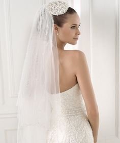 Pronovias 2018 / The wisdom and skill of expert seamstresses transform fine fabrics into haute couture designs. These wedding dresses are pure magic. Pronovias has designed a collection to enchant not only romantic, classic brides, but also modern. 2015 Wedding Dresses, Wedding Attire, Bridal Dresses, Bridesmaid Dresses, Casual Wedding, Tulle Wedding, Wedding Veils, Amazing Wedding Dress, Braut Make-up