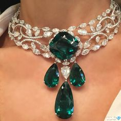MY FAVORITE 2016 JEWELRY TREND? CHOKERS!!! And this @moussaieffjewellers emerald and diamond choker definitely qualifies for my…