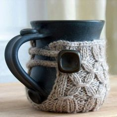 hot chocolate mug cozy for winter. Knitting Projects, Crochet Projects, Knitting Patterns, Scarf Patterns, Knitting Tutorials, Fancy Tea Cups, Hot Chocolate Mug, Little Presents, Crochet Free Patterns