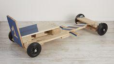 Les meubles en palettes évoluent et se font plus modernes. Le design est plus travaillé, les finitions plus soignées et un nouveau matériau industriel peu cher est intégré : le cuivre. Les réalisations s'intégreront parfaitement dans toutes les pièces de la maison. Si vous débutez, une méthode simple pour démonter les palettes est présentée en début d'ouvrage. Récupération, recyclage, écologie et économie sont les véritables atouts des meubles en palettes. Caisse à savon en palettes Soap Box Cars, Soap Boxes, Swat Costume Kids, Nail Salon Supplies, Karting, Go Kart, Wood Toys, Kenzo, Scouts