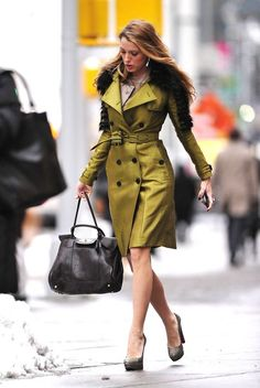 Blake Lively in Burberry, Christian Louboutin pumps + Mulberry bag Gossip Girls, Mode Gossip Girl, Gossip Girl Serena, Estilo Gossip Girl, Gossip Girl Outfits, Gossip Girl Fashion, Love Fashion, Autumn Fashion, Gossip Girl Style