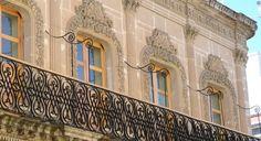 Ubicacion - Visita Durango Palacio de la Tres Rosas 5 de Febrero, esq. Juarez  Considerado como el primer edificio afrancesado de la ciudad, fue mandado hacer por un rico minero español a mediados del siglo XIX, y si bien estaba considerado para ser un un hotel, actualmente alberga diversos comercios.  La decoración floral en la cantera de los ventanales del segundo piso da lugar a su nombre.